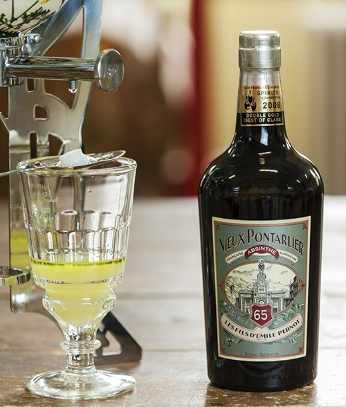How is absinthe drunk ?